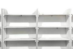 Estantes vacíos de madera blancos Fotos de archivo libres de regalías