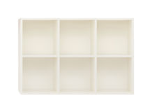 Estantes vacíos en el estante de madera blanco aislado en blanco Imágenes de archivo libres de regalías