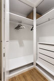 Estantes vacíos en el guardarropa del armario para la ropa Foto de archivo