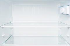 Estantes vacíos en refrigerador imagen de archivo