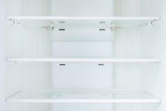 Estantes vacíos en refrigerador Fotos de archivo