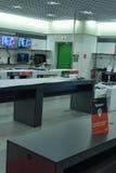 Estantes vacíos en un supermercado que vende electrónica Imágenes de archivo libres de regalías