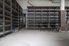 Estantes vacíos en una tienda abandonada vieja Foto de archivo
