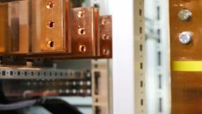 Estantes y soportes en electricidad de recepción y de distribución de la centralita telefónica almacen de video