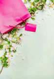 A estação das vendas na loja, o verão bonito dos sacos de compras cor-de-rosa floresce, texto do espaço Imagem de Stock