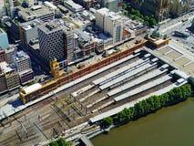 Estação de estrada de ferro ao longo do rio de Yarra Imagens de Stock Royalty Free