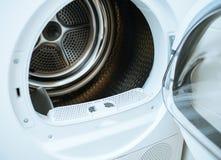 Estar aberto de um secador de roupa novo moderno da dianteiro-carga imagens de stock