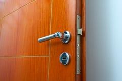 Estar aberto de uma casa familiar Close-up do fechamento uma porta blindada Fundo branco Fotos de Stock