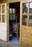 Estar aberto em uma vertente de madeira do armazenamento Imagens de Stock Royalty Free