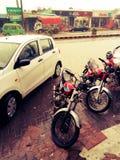 Estar da água de chuva nas estradas devido às condições pobres do saneamento fotos de stock
