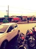 Estar da água de chuva nas estradas devido às condições pobres do saneamento foto de stock royalty free