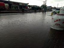 Estar da água de chuva nas estradas devido às condições pobres do saneamento fotos de stock royalty free