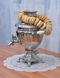 Estar no samovar do russo da tabela e um grupo dos bagels Imagens de Stock