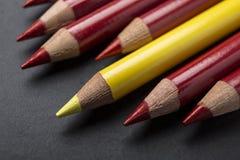 Estar para fora do lápis da cor do amarelo da multidão Foto de Stock Royalty Free