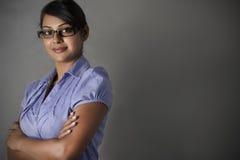 Estar profissional dos braços da dobra da mulher de negócio Imagem de Stock