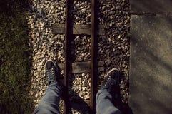 Estar sobre uma estrada de ferro diminuta Foto de Stock