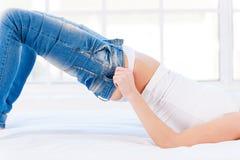 Estas calças de brim estão demasiado apertadas. Imagem de Stock