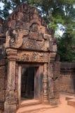 Estasi il modo o il gopura al tempio del X secolo di Banteay Srei fotografia stock