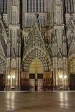Estasi il porto della cattedrale cattolica di Colonia o di alta cattedrale di St Peter alla notte Immagini Stock