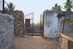 Estasi il portone per Naktya Rawalachi Vihir, un ben costruito antico nel XV secolo, la maharashtra, India Fotografie Stock
