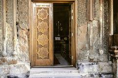 Estasi la porta di legno della chiesa con l'ornamento scolpito delle gente degli elementi Immagini Stock Libere da Diritti