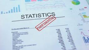 Estatísticas confidenciais, mão que carimba o selo no documento oficial, estatísticas filme