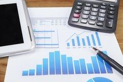 Estatísticas de negócio em um papel Imagens de Stock Royalty Free