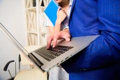 Estatísticas dos dados da informação da mostra do sócio comercial do escritório em linha Trabalho do chefe e do colega ou o assis imagem de stock royalty free