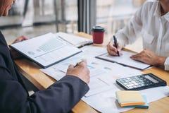 Estatísticas financeiras de discussão e planejando da equipe de dois negócios da estratégia da empresa do crescimento do projeto  fotografia de stock royalty free