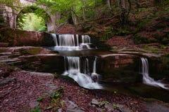 Estate alla cascata vicino al villaggio di Sitovo, Bulgaria fotografie stock