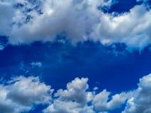 Estate blu, cielo nuvoloso immagini stock