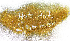 Estate calda calda dell'iscrizione sulla scintilla dorata di scintillio su fondo bianco Fotografia Stock