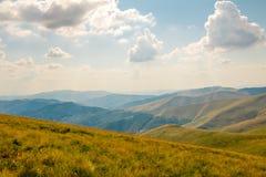 Estate Carpathians e nuvole nel cielo Fotografia Stock