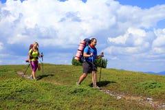 Estate che fa un'escursione nelle montagne fotografia stock libera da diritti