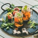 Estate che rinfresca il tè di ghiaccio freddo della pesca sul vassoio, il raccolto quadrato Fotografia Stock Libera da Diritti