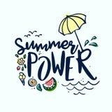 Estate che segna etichetta, logo, le etichette disegnate a mano e l'insieme con lettere di elementi per la vacanza estiva, viaggi illustrazione vettoriale