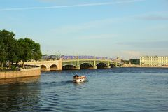 Estate che uguaglia Neva River ed il ponte della trinità Fotografia Stock
