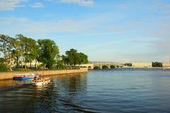 Estate che uguaglia Neva River ed il ponte della trinità Immagini Stock