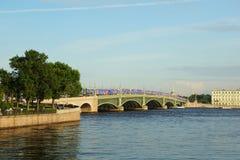 Estate che uguaglia Neva River ed il ponte della trinità Fotografia Stock Libera da Diritti