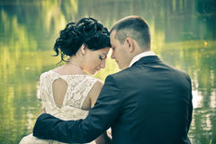 Estate che uguaglia ritratto d'annata all'aperto di coppie abbastanza giovani di modo nell'amore Fotografia Stock Libera da Diritti