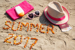 Estate 2017 dell'iscrizione, accessori per prendere il sole e passaporto con le valute euro sulla sabbia alla spiaggia, ora legal Immagini Stock