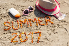 Estate 2017 dell'iscrizione, accessori per prendere il sole e passaporto con le valute euro sulla sabbia alla spiaggia, ora legal Fotografia Stock