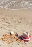 Estate 2017 dell'iscrizione, accessori per prendere il sole e passaporto con le valute euro sulla sabbia alla spiaggia, ora legal Fotografie Stock Libere da Diritti