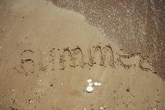 Vacanza scritta una spiaggia sabbiosa foto stock for Piccoli piani cottage sulla spiaggia