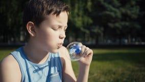 Estate di salto delle bolle di sapone del ragazzo all'aperto stock footage