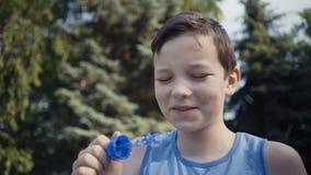 Estate di salto delle bolle di sapone del ragazzo all'aperto video d archivio
