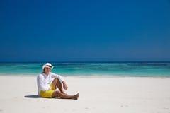 Estate distendasi riuscito uomo che riposa sulla spiaggia esotica vacanza Immagini Stock Libere da Diritti