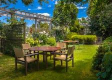 Estate domestica del giardino del cortile immagini stock libere da diritti