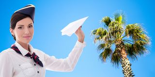 Estate e concetto di viaggio - hostess graziosa con l'aereo di carta sopra il fondo della spiaggia immagine stock libera da diritti