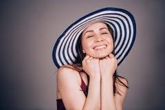 Estate, felicità ed emozioni umane positive Bella donna felice nel sorridere del cappello fotografie stock libere da diritti